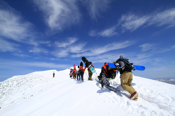 チェスノーボードでニセコアンヌプリ山頂へロープで引っ張る